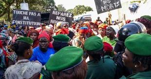 Maintient du référendum constitutionnel controversé malgré des mois des manifestations