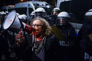 """""""Nie jestem tu bezpieczna"""": aktywiści na rzecz praw kobiet atakowani za pracę nad prawami do aborcji"""