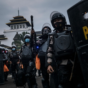 Arbitrary arrests, excessive force, attacks on media in mass protests in Indonesia against  jobs law